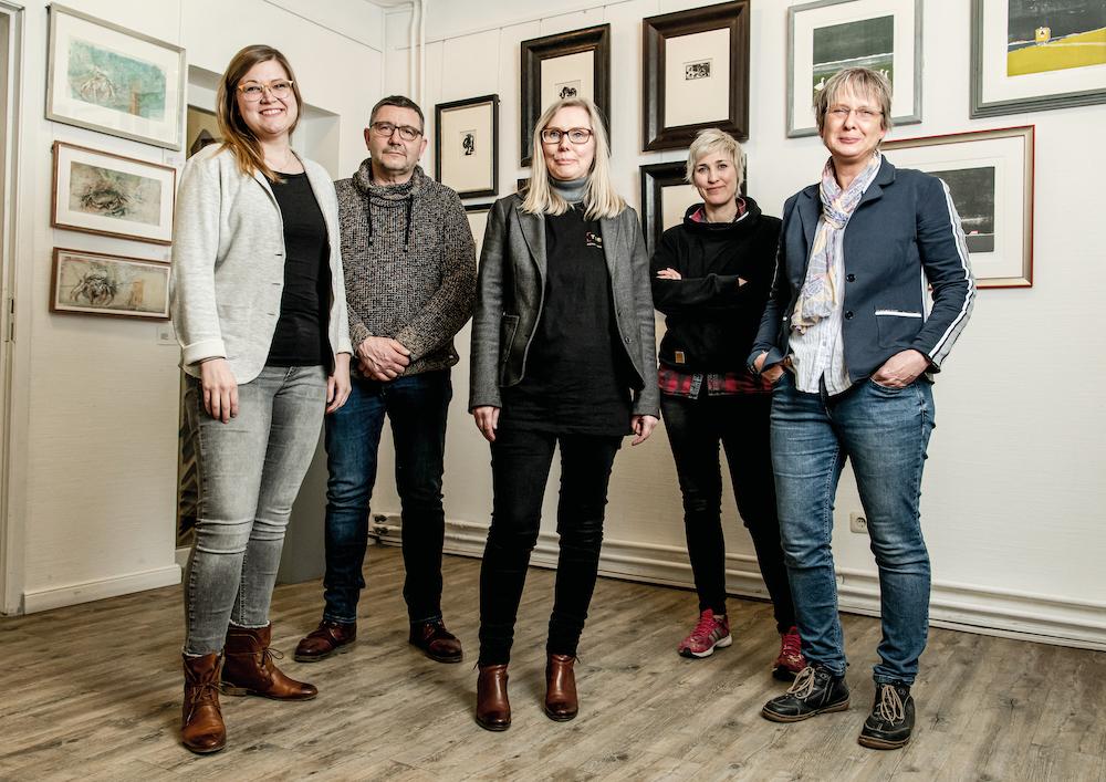Teamfoto der Galerie Tobien, von links nach rechts: Annemieke Ahrens (Vergoldermeisterin, Galerieleitung SPO), Tobias Harnisch (Galerieassistenz), Priska Streit (Assistenz der Geschäftsführung), Bente Michaelsen-Staege (Vergolderin), Marid Taubert (Geschäftsführung)
