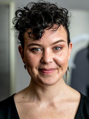 Portraitfoto der Künstlerin Elvira Bäfverfeldt Marklund, Ausstellung on the sea shore Galerie Tobien Husum