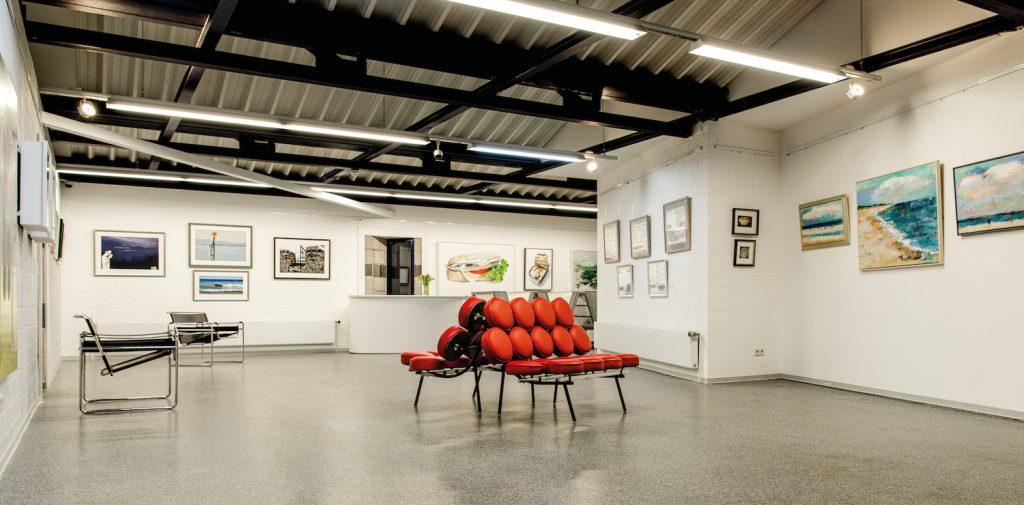 Ausstellungsraum der Galerie Tobien Husum, Ausstellung on the sea shore, 13 norddeutsche Künstlerinnen in einer Ausstellung