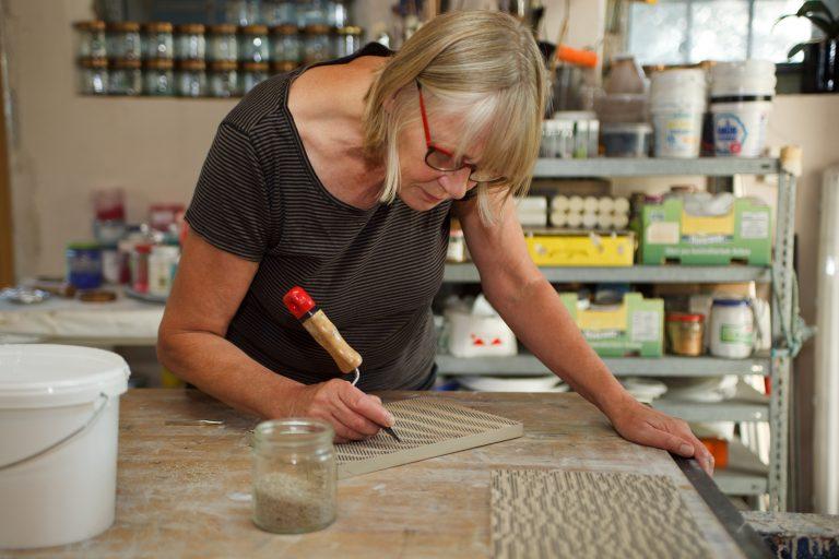 Frauke Petersen in ihrem Atelier in St. Peter Ording